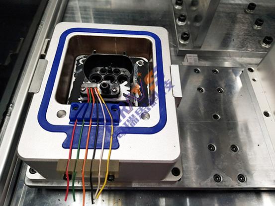 """充电枪插座防水性检测模具细节展示 三、使用HN系列防水性检测仪的优势 1、灵活性高,功能可根据需求增加删减。 2、扩展性强,可以快速的组成多通道测试,使自动化的开发周期大大缩短。 3、分析控制系统可采用工控电脑加控制卡或者嵌入式系统等多种方式,方便MES系统的对接与实施。 4、屏幕尺寸支持定制,嵌入式系统标配7""""可定制10."""